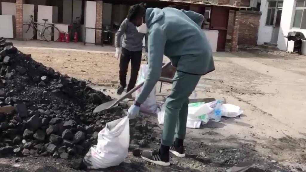 Bamba raccoglie il carbone in Cina